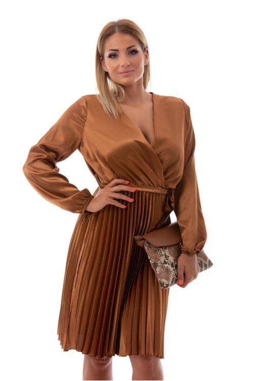 Hosszúujjú, pliszírozott szatén alkalmi ruha, mogyoró