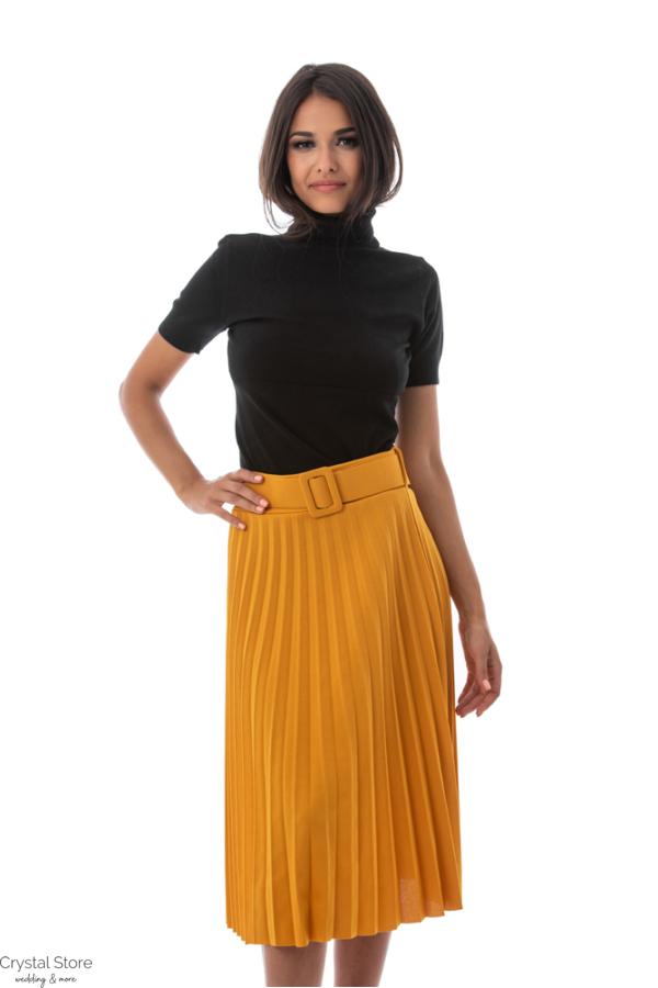 Pliszírozott szoknya övvel, mustársárga
